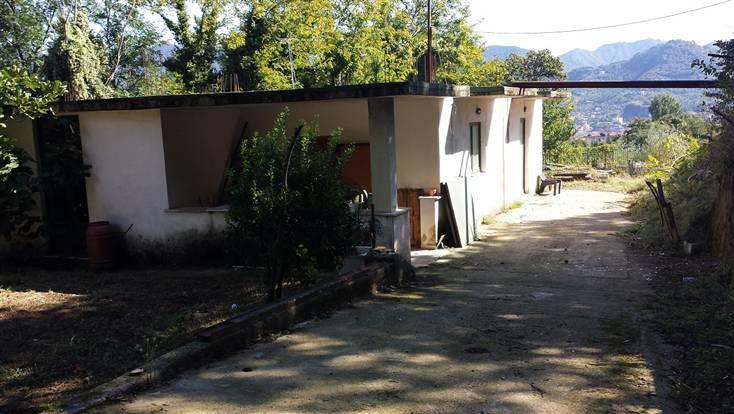 Casa singola in vendita cava de 39 tirreni in zona passiano for 3 piani di garage per auto con stanza bonus