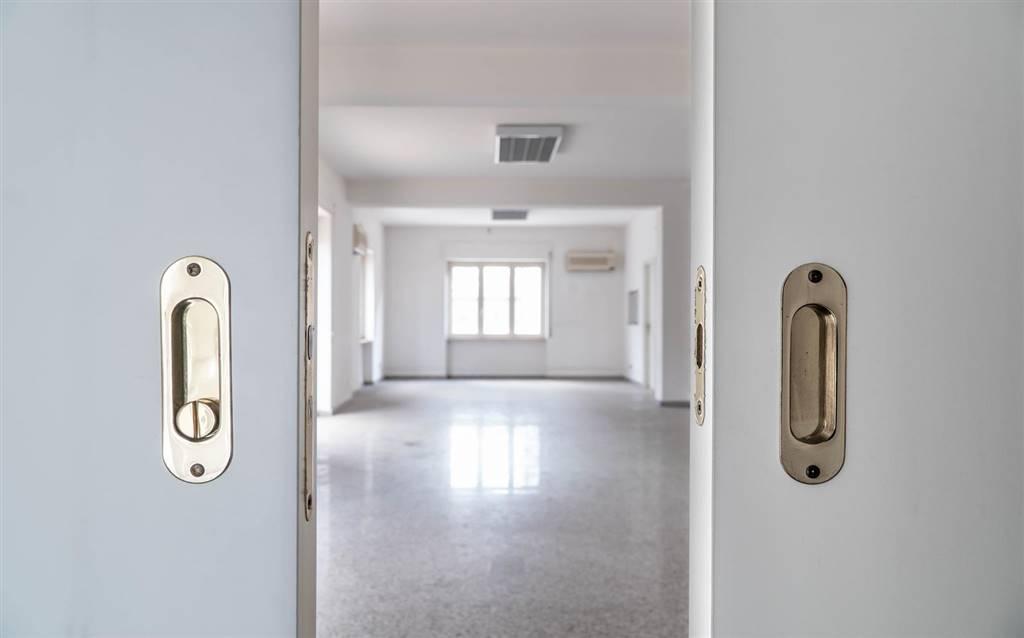 Ufficio / Studio in vendita a Cosenza, 11 locali, zona Zona: Mazzini, prezzo € 450.000   CambioCasa.it